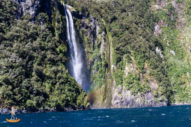 Milford Sound Schifffahrt Uebernachtung Wasserfall